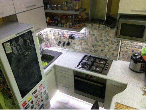 ИДЕЯ. Подсветка в цоколе кухни.