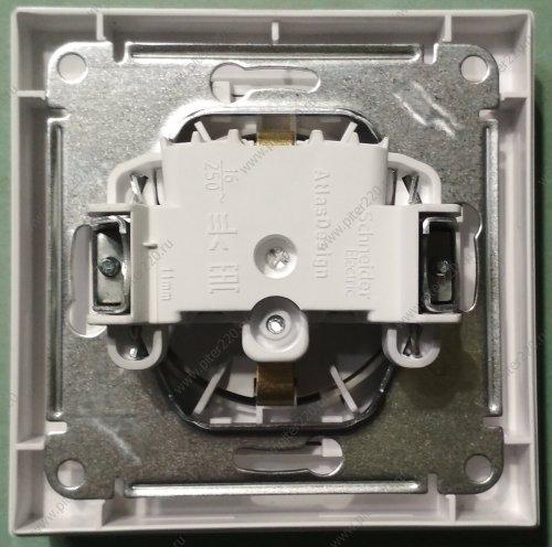 Розетка с выталкивателем в новой серии AtlasDesign от Schneider Electric (артикул ATN000147)